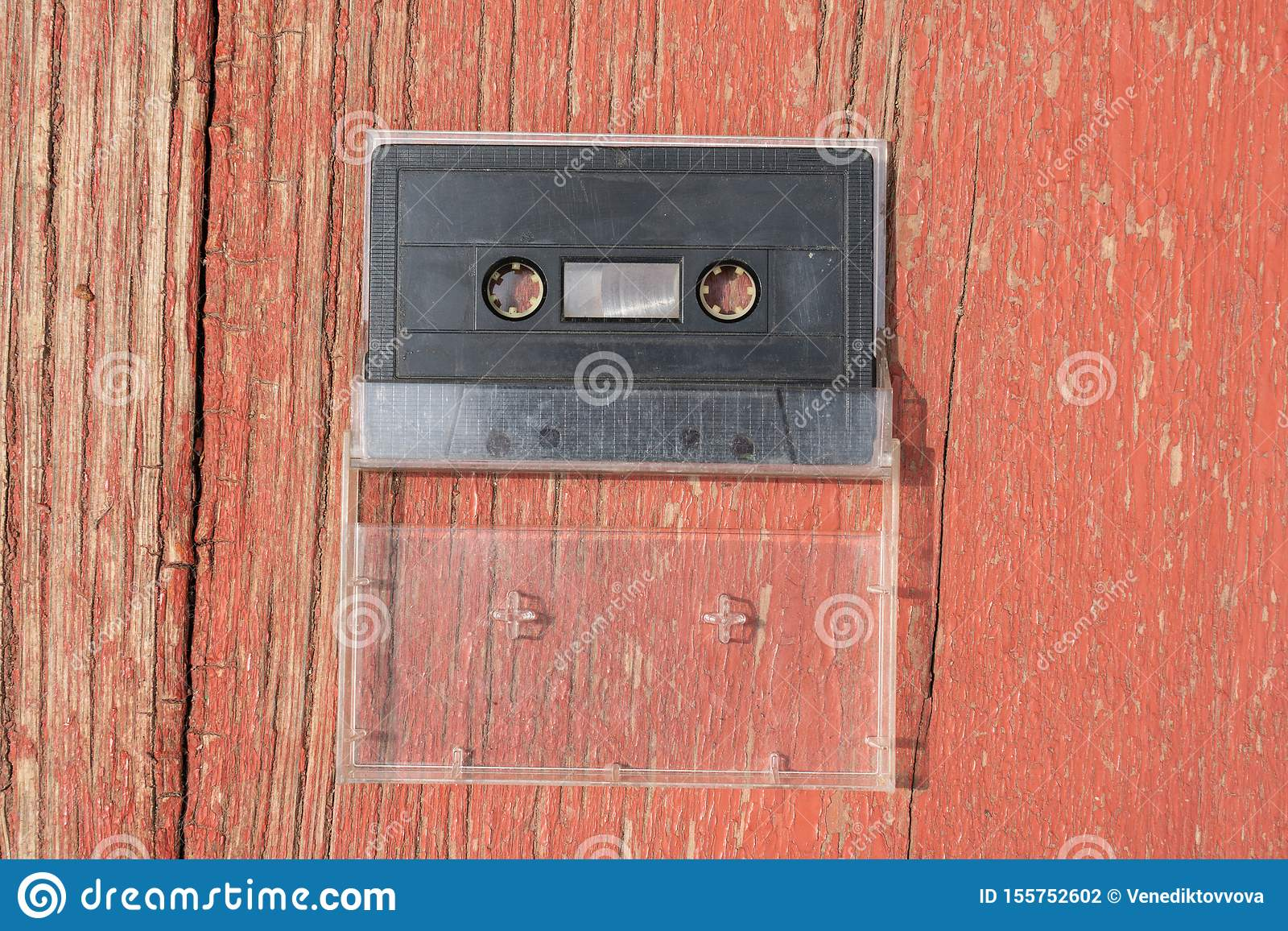 Starego czerń filmu audio kaseta na drewnianym stole