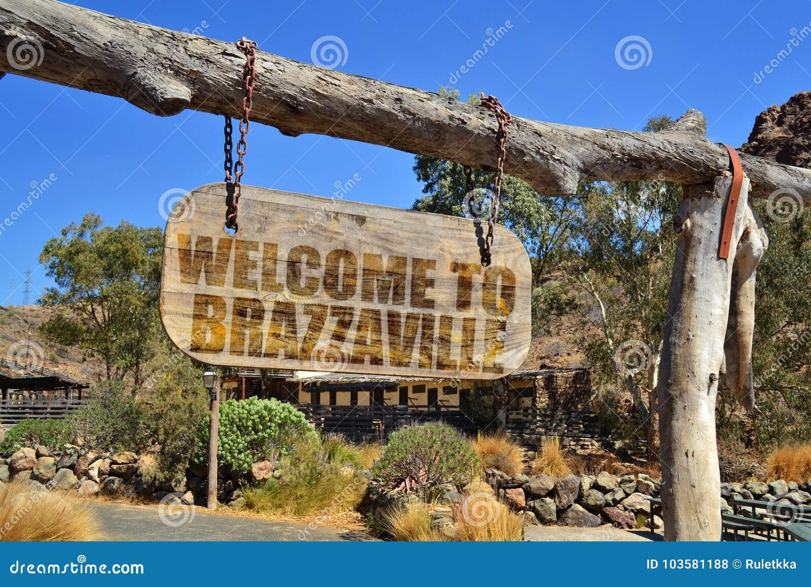 Starego rocznika drewniany signboard z teksta powitaniem Brazzaville