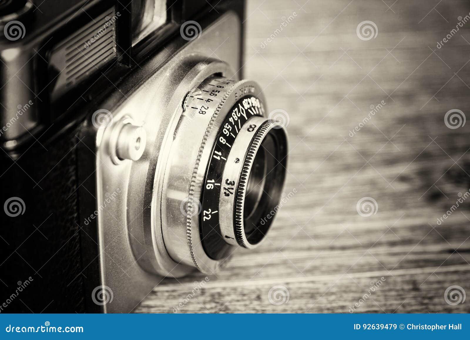 Starego rocznika retro kamera na drewnianym tle