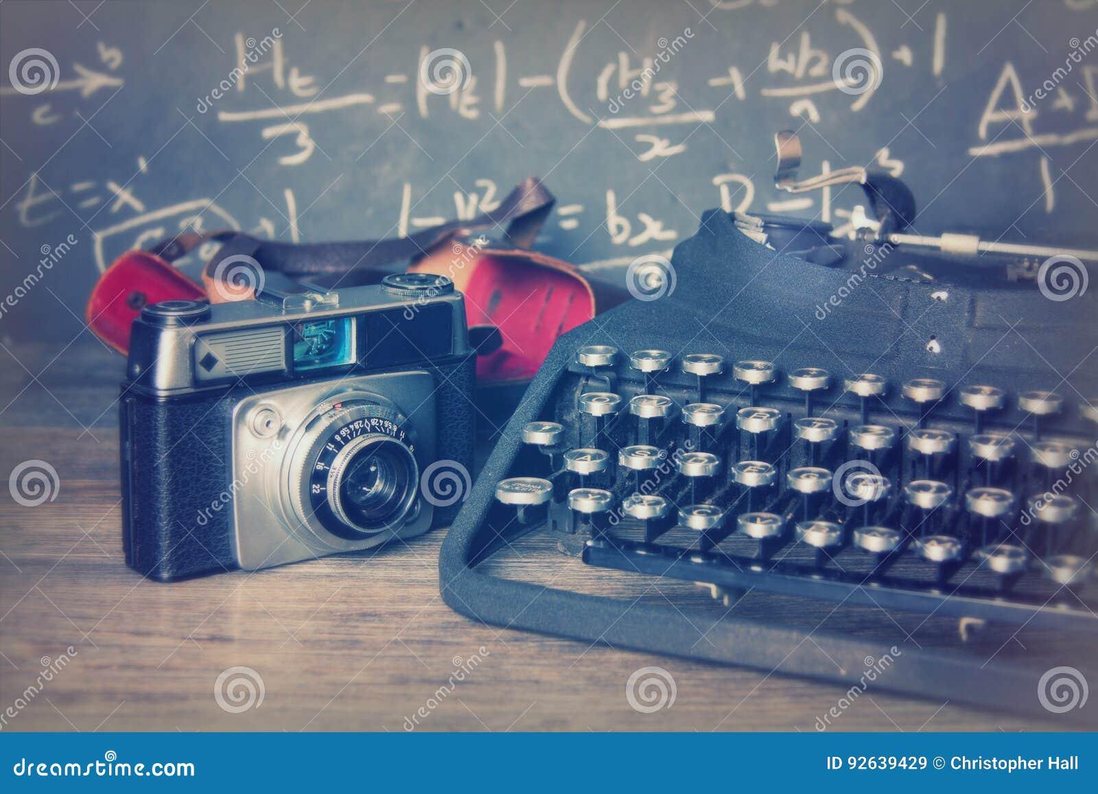 Starego rocznika retro kamera z staromodnym maszyna do pisania
