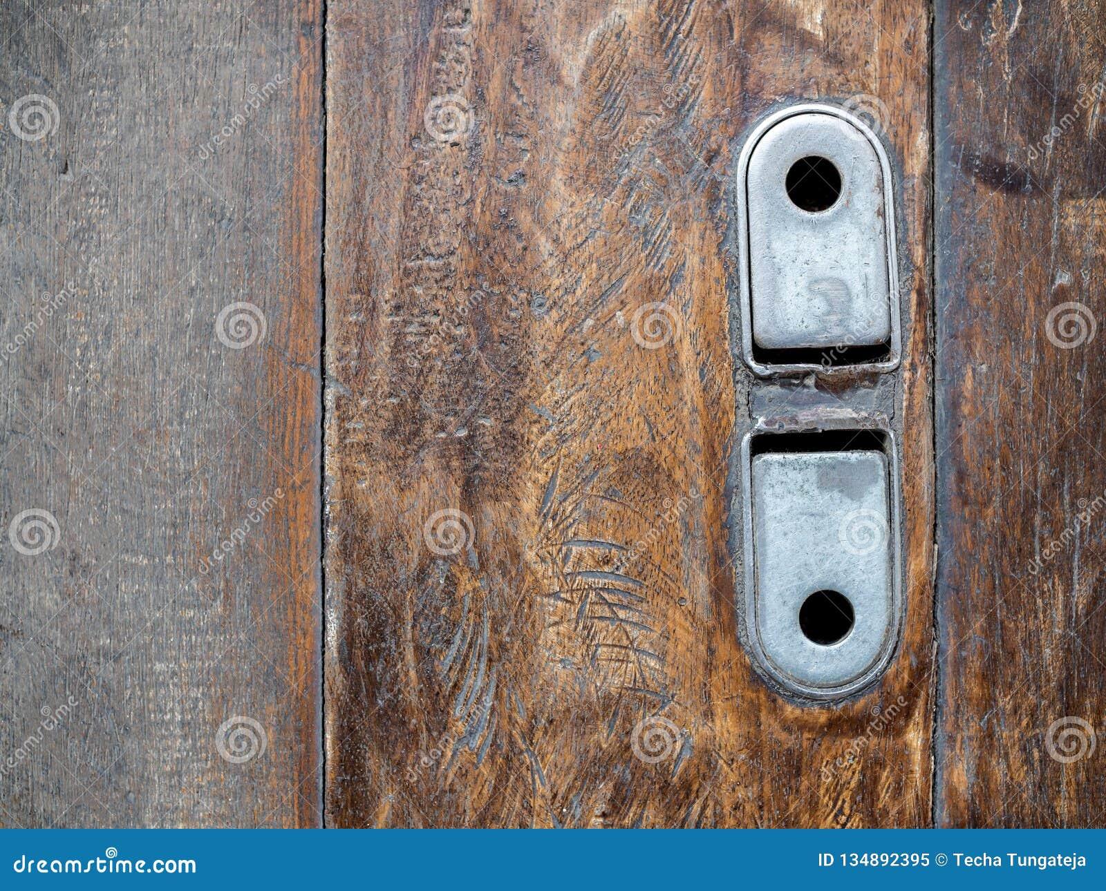 Starego rocznika stalowy kędziorek garaż rolki drzwi na drewnianej podłodze