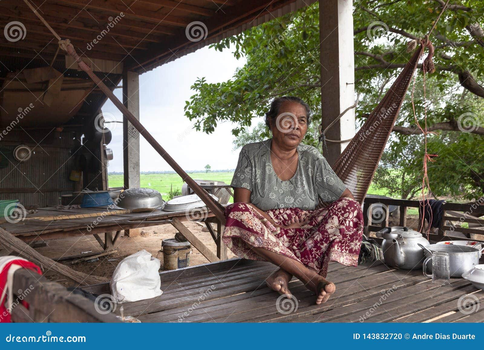 Starej kobiety obsiadanie na hamaku