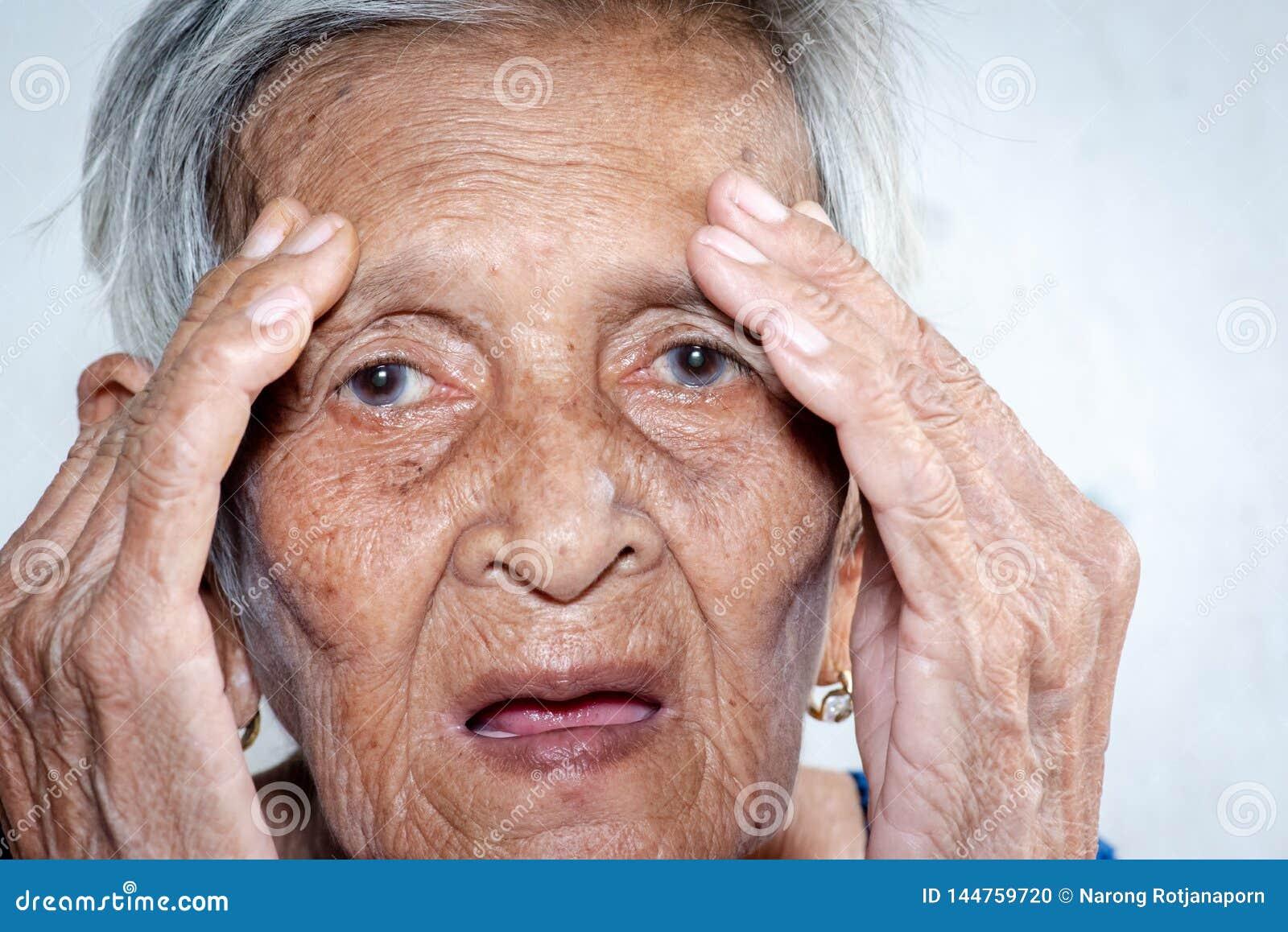 Starej kobiety ` s powala? osamotniony demencja i Alzheimer?s choroba