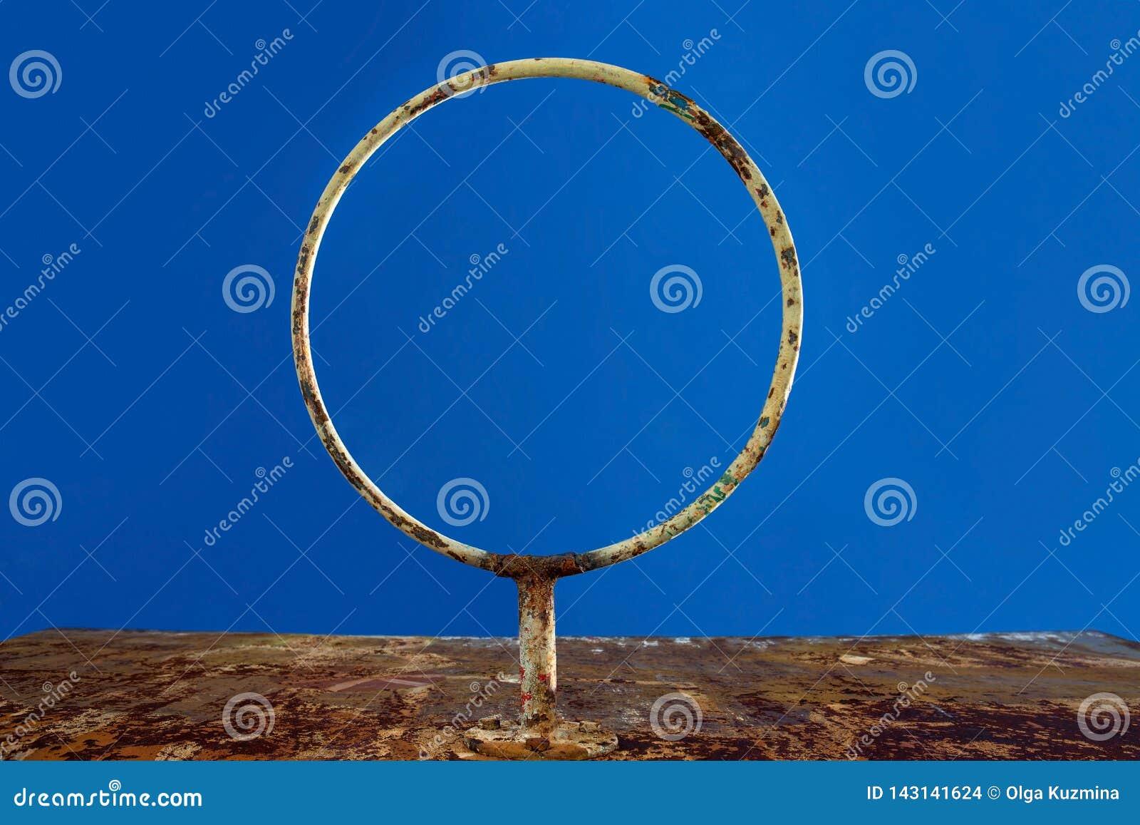 Starej koszykówki ośniedziały pierścionek przeciw niebieskiemu niebu, dolny widok