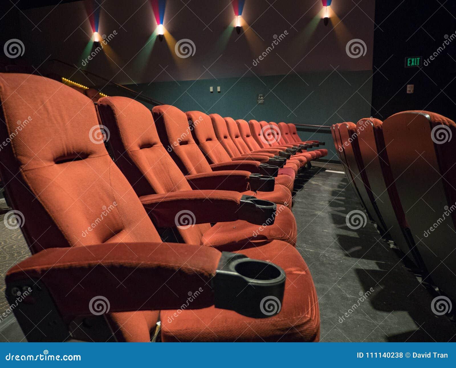 Starej szkoły pusty kino z pomarańczowymi siedzeniami