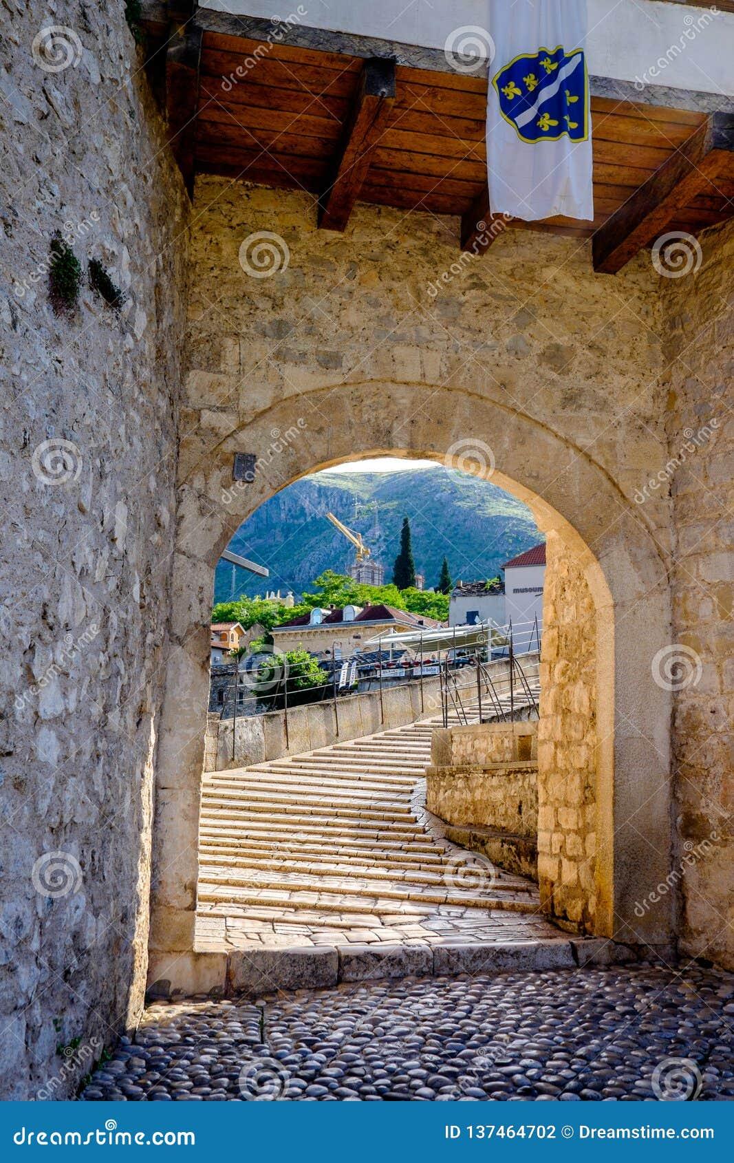 Stari de Meeste ingang van de brugoverwelfde galerij, Mostar, Bosnië-Herzegovina