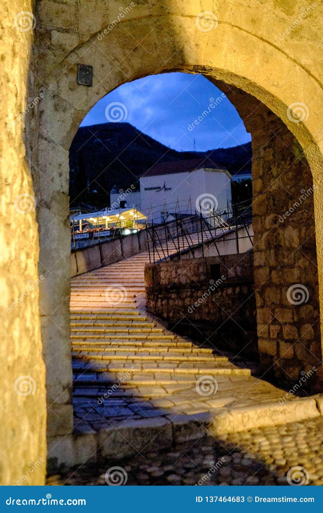 Stari la maggior parte della entrata dell arco del ponte, Mostar, Bosnia-Erzegovina