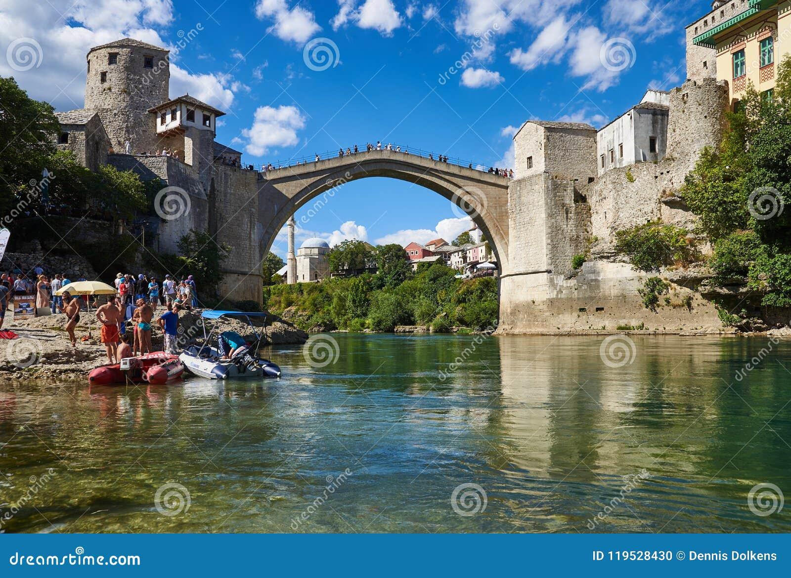 Stari la mayoría del puente viejo en Mostar, Bosnia y Herzegovina