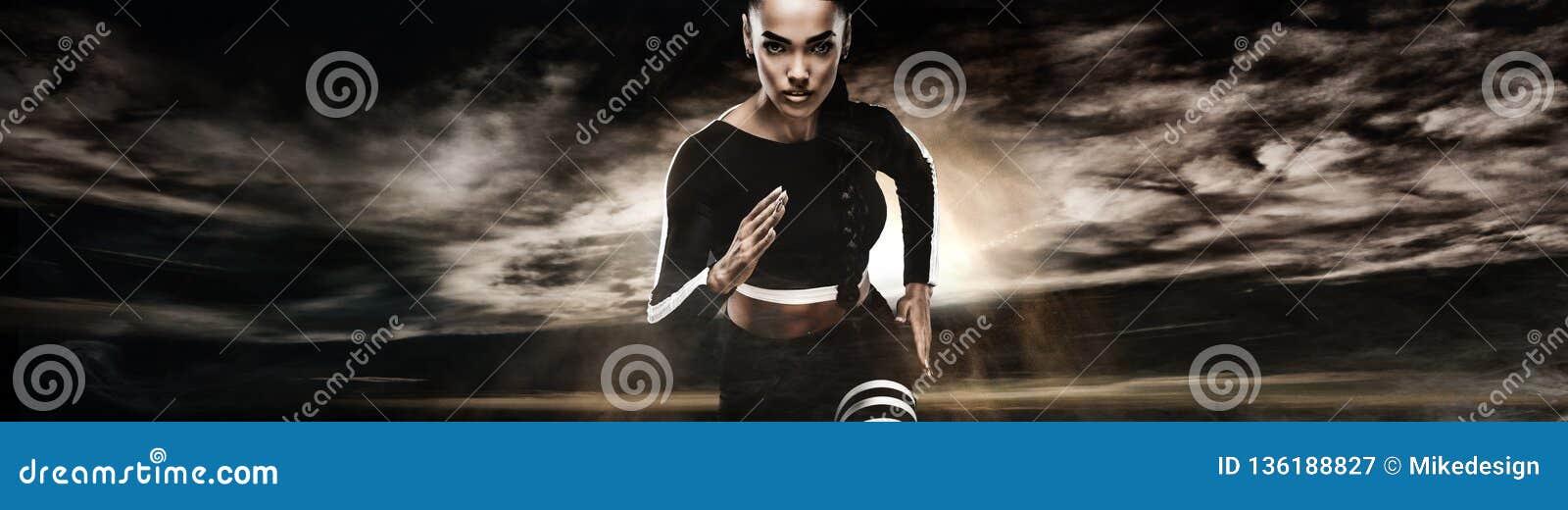 Stark idrotts- kvinnasprinter som kör på mörk bakgrund som bär i sportswear Kondition- och sportmotivation löpare