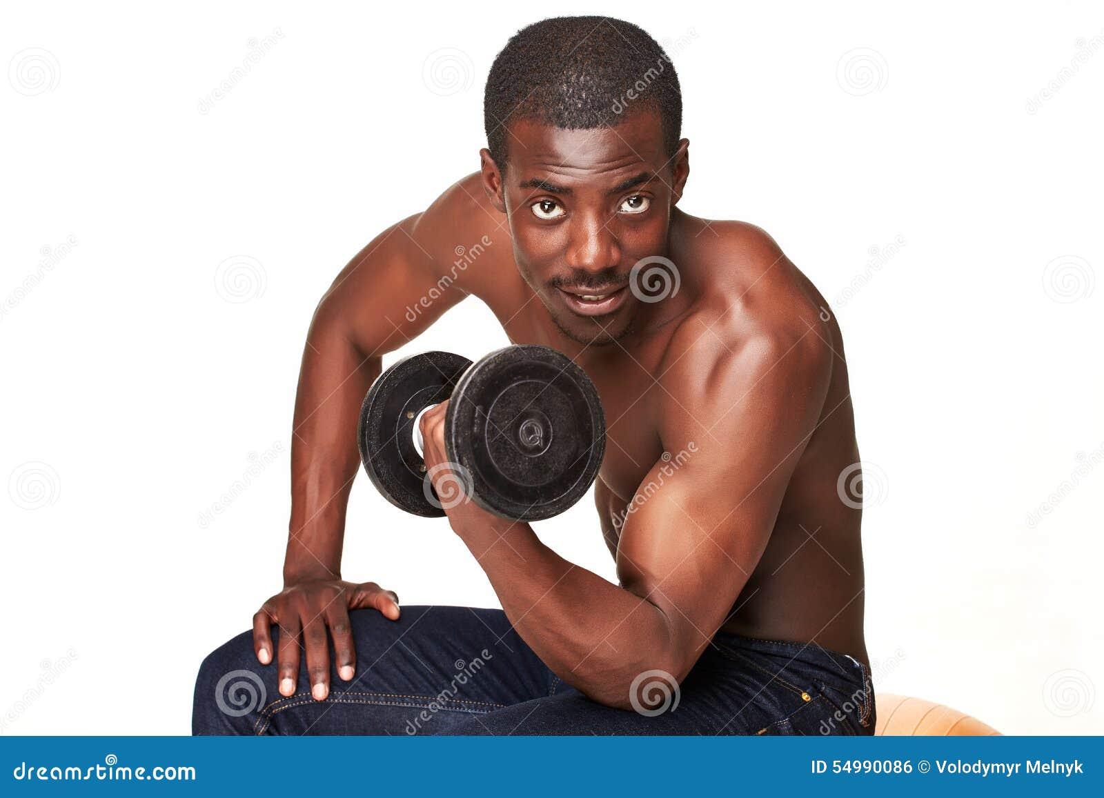 Stark och muskulös grabb med hanteln som isoleras på