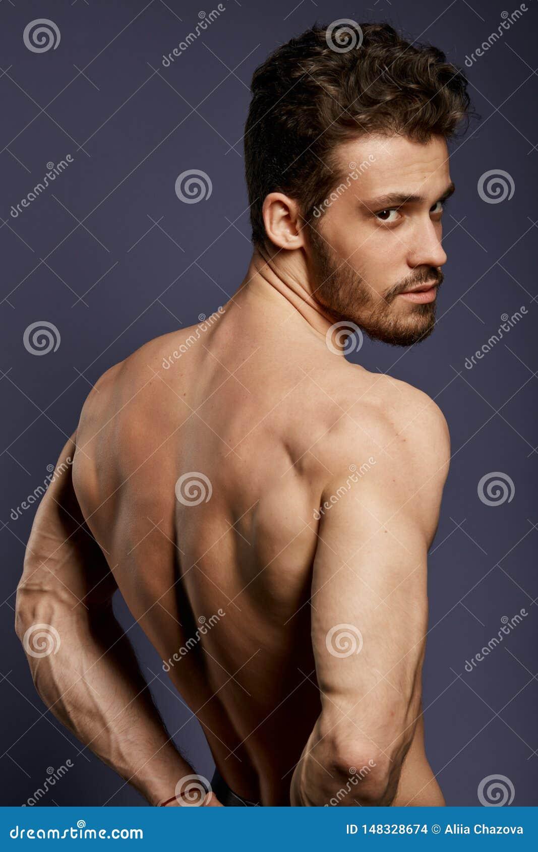 Stark stilig man som tillbaka visar muskler, triceps, latissimus