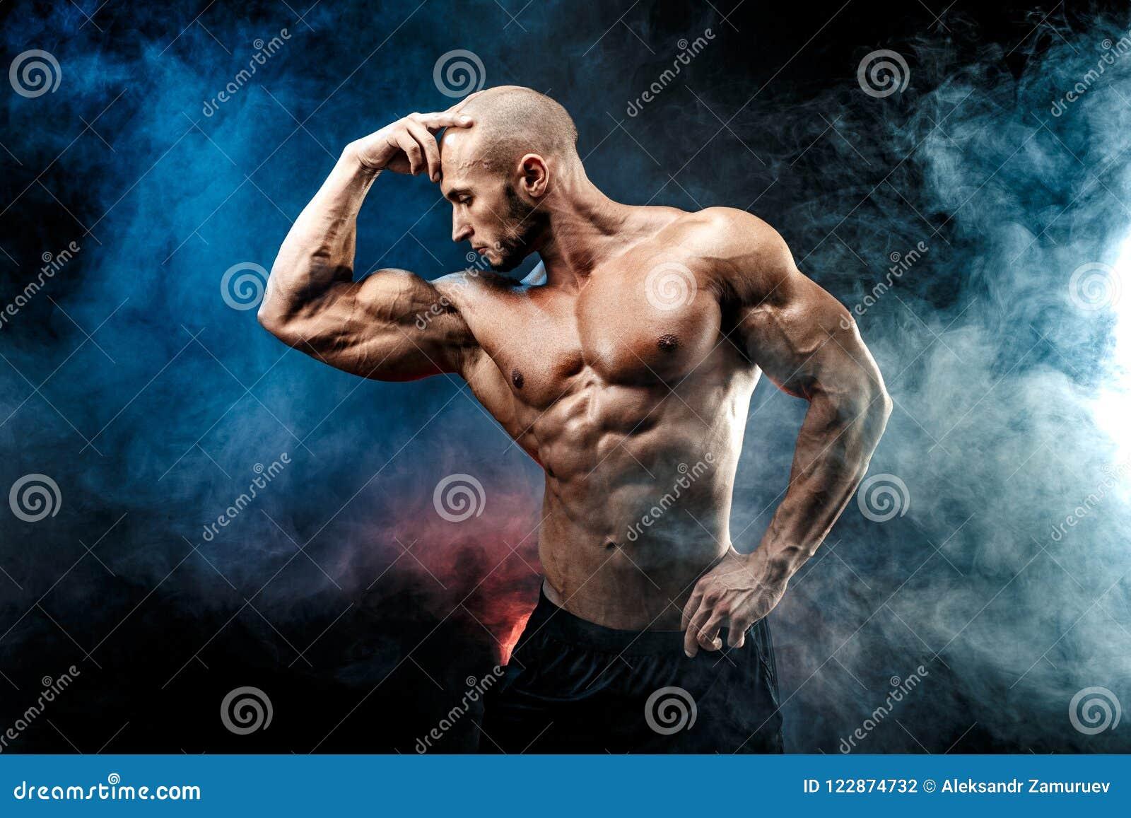 Starker Bodybuildermann mit perfekter ABS, Schultern, Bizeps, Trizeps, Kasten