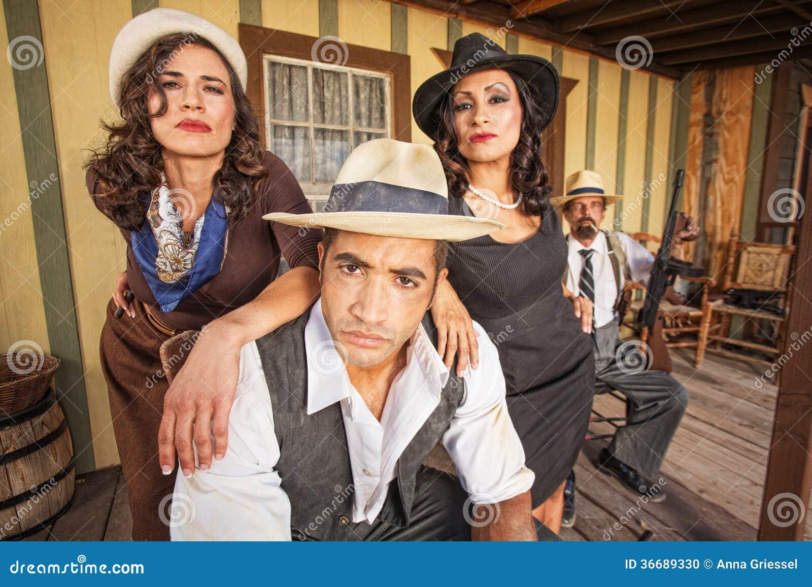 Starker Gangster mit hübschen Frauen