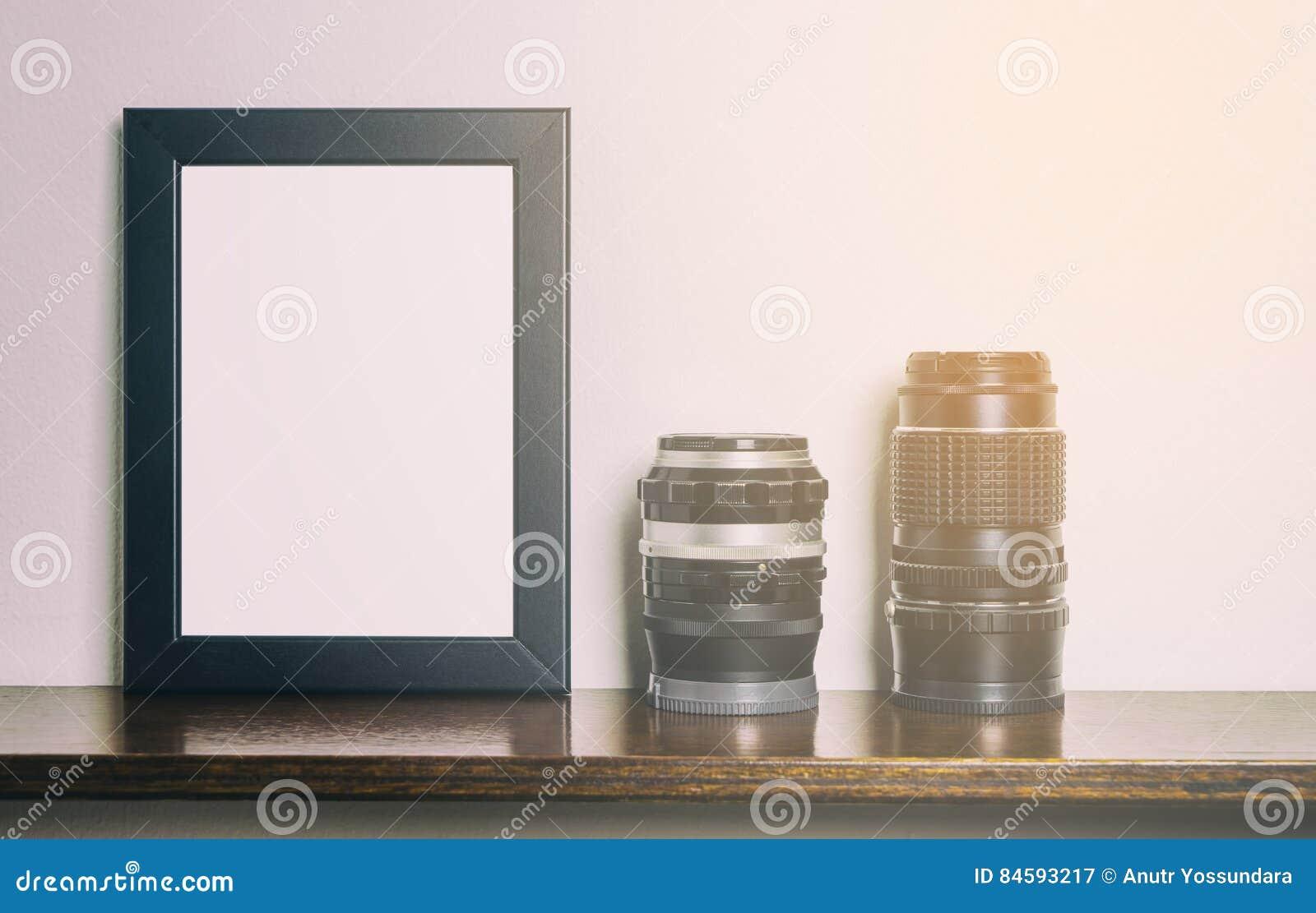 Starker leerer schwarzer Fotorahmen auf Regal