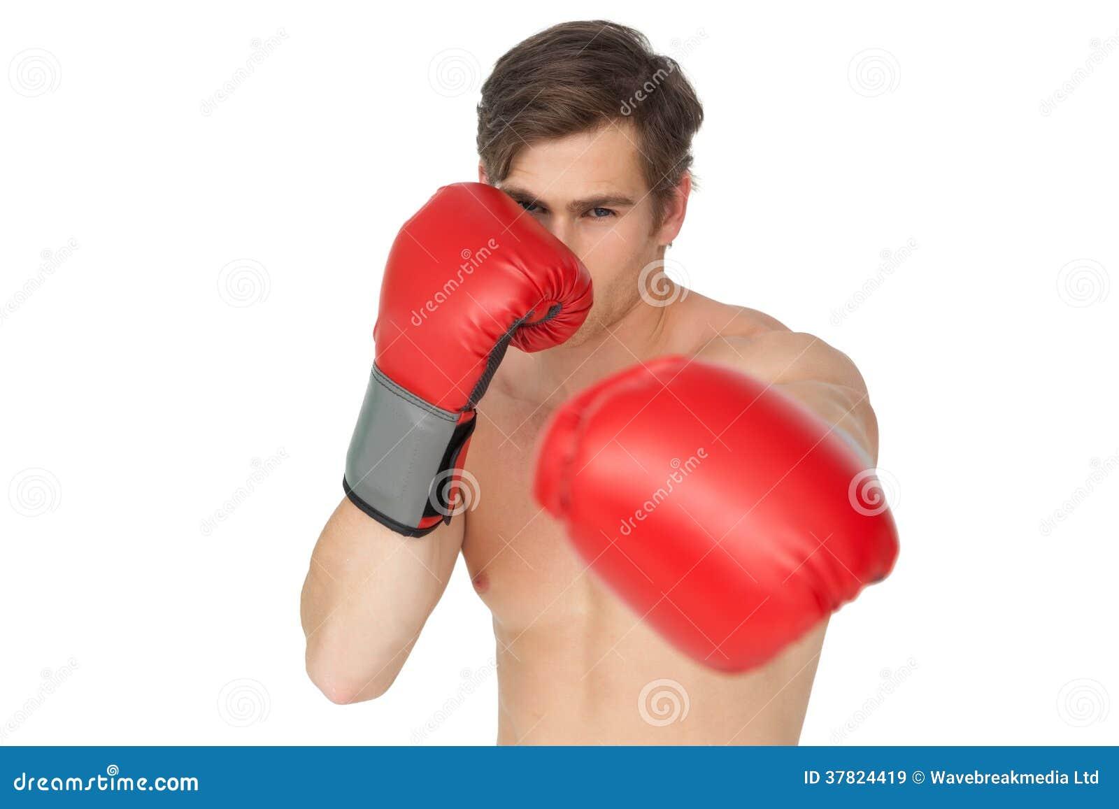 Starker Mann, der die roten Boxhandschuhe lochen zur Kamera trägt