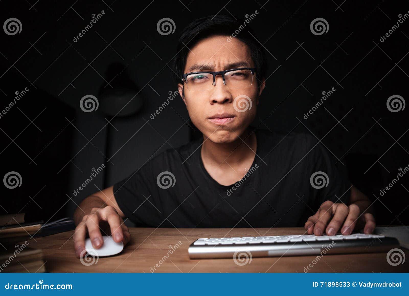 Starker Mann in der Glasfunktion mit Computer