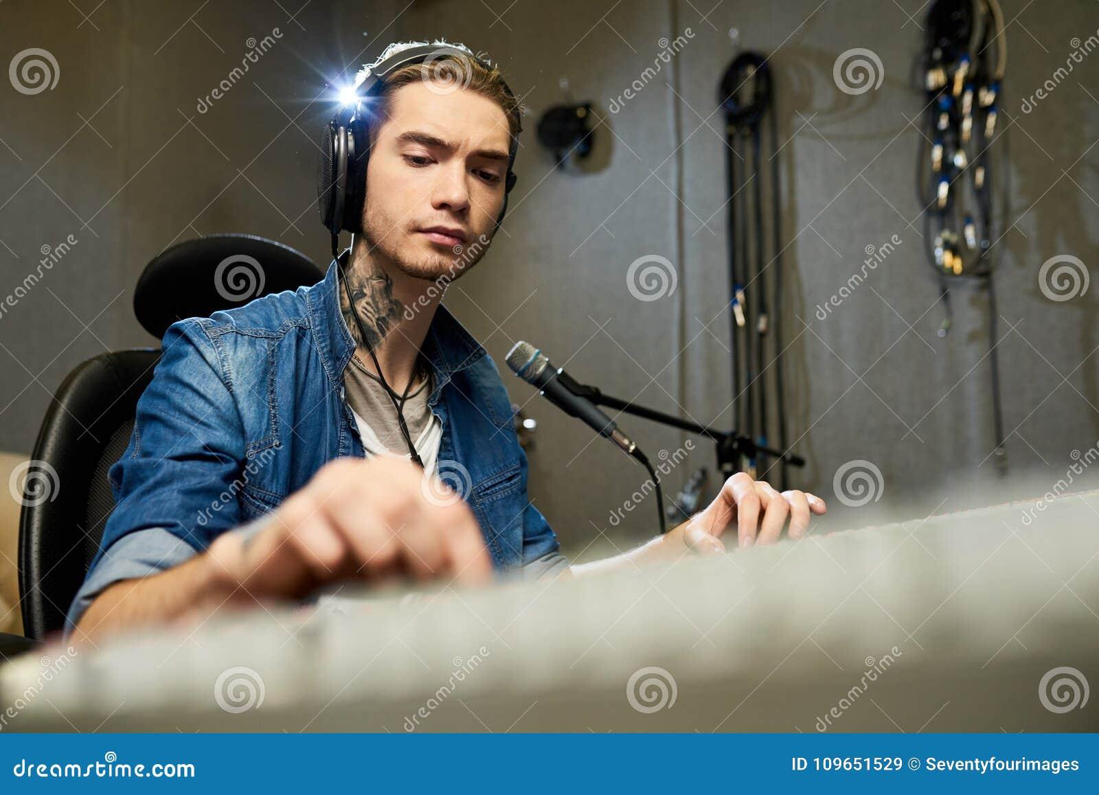 Starker Musikingenieur, der an Tonmeister arbeitet