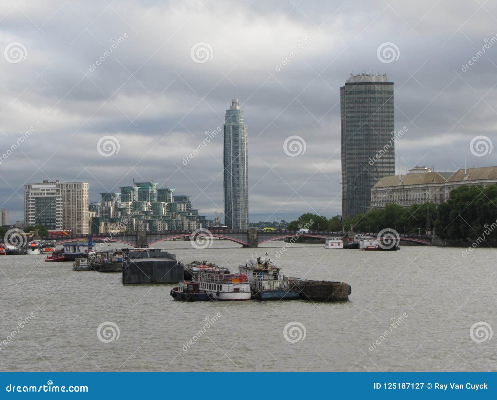 Starker Verkehr auf der Themse in London