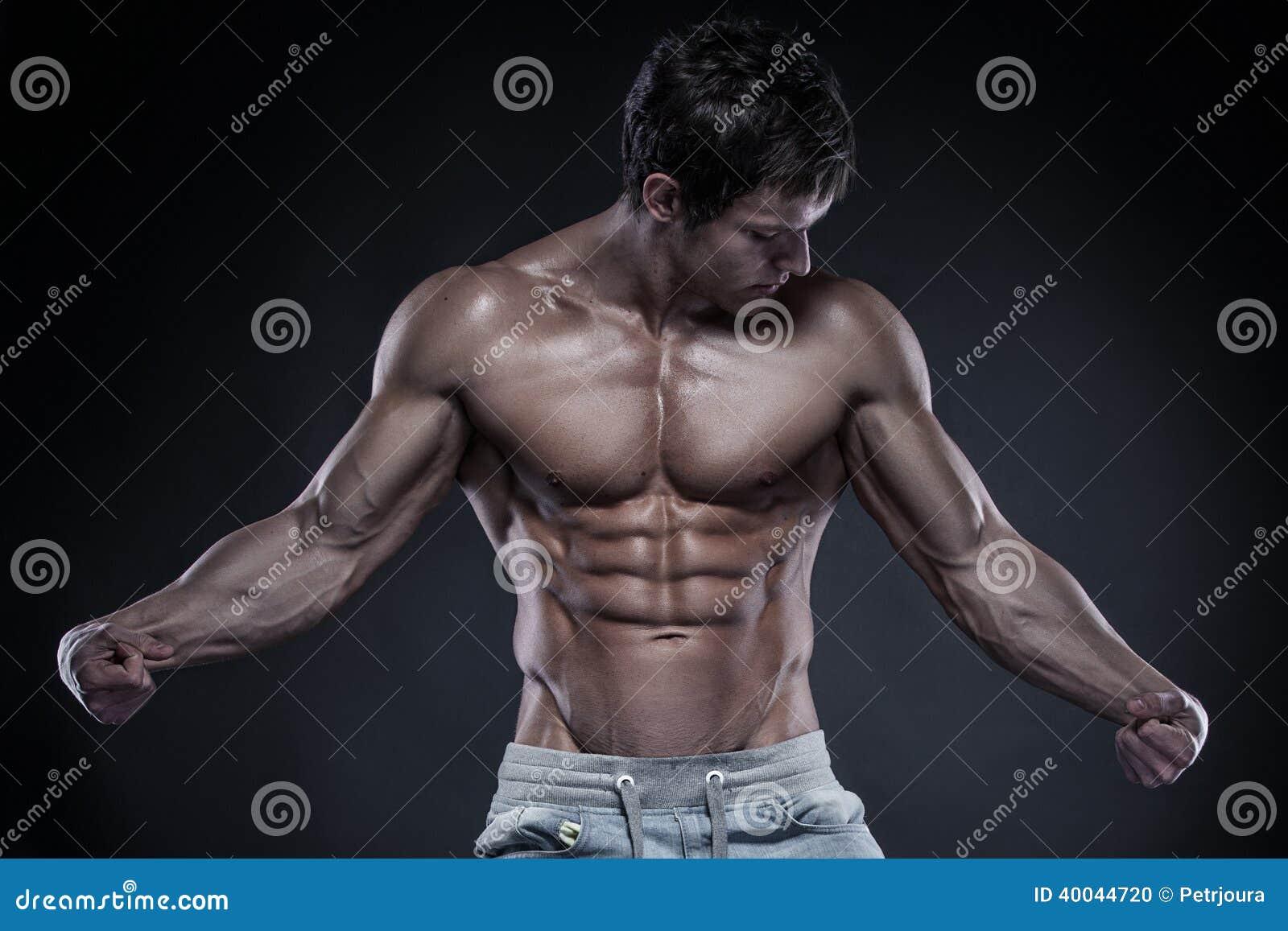 Starkes athletisches Mann-Eignungs-Modell Torso, das vorbei große Muskeln zeigt