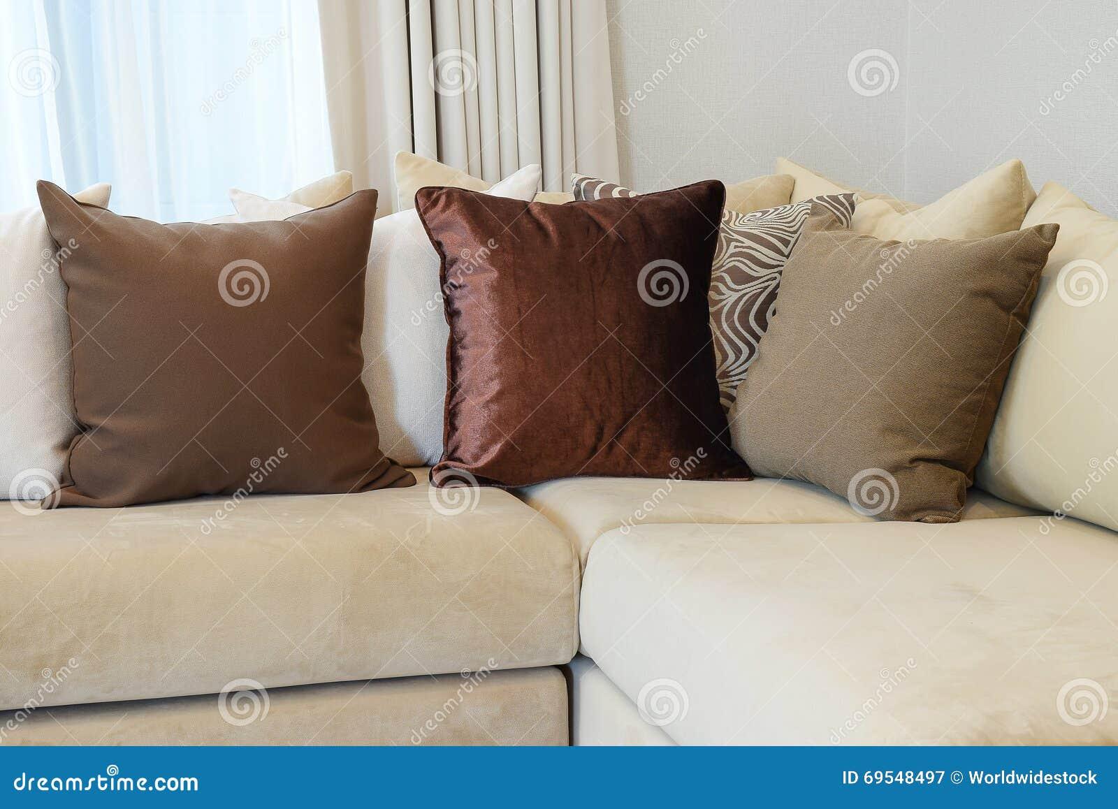 Starkes Braunes Sofa Mit Braun Kopierten Kissen Stockbild Bild Von