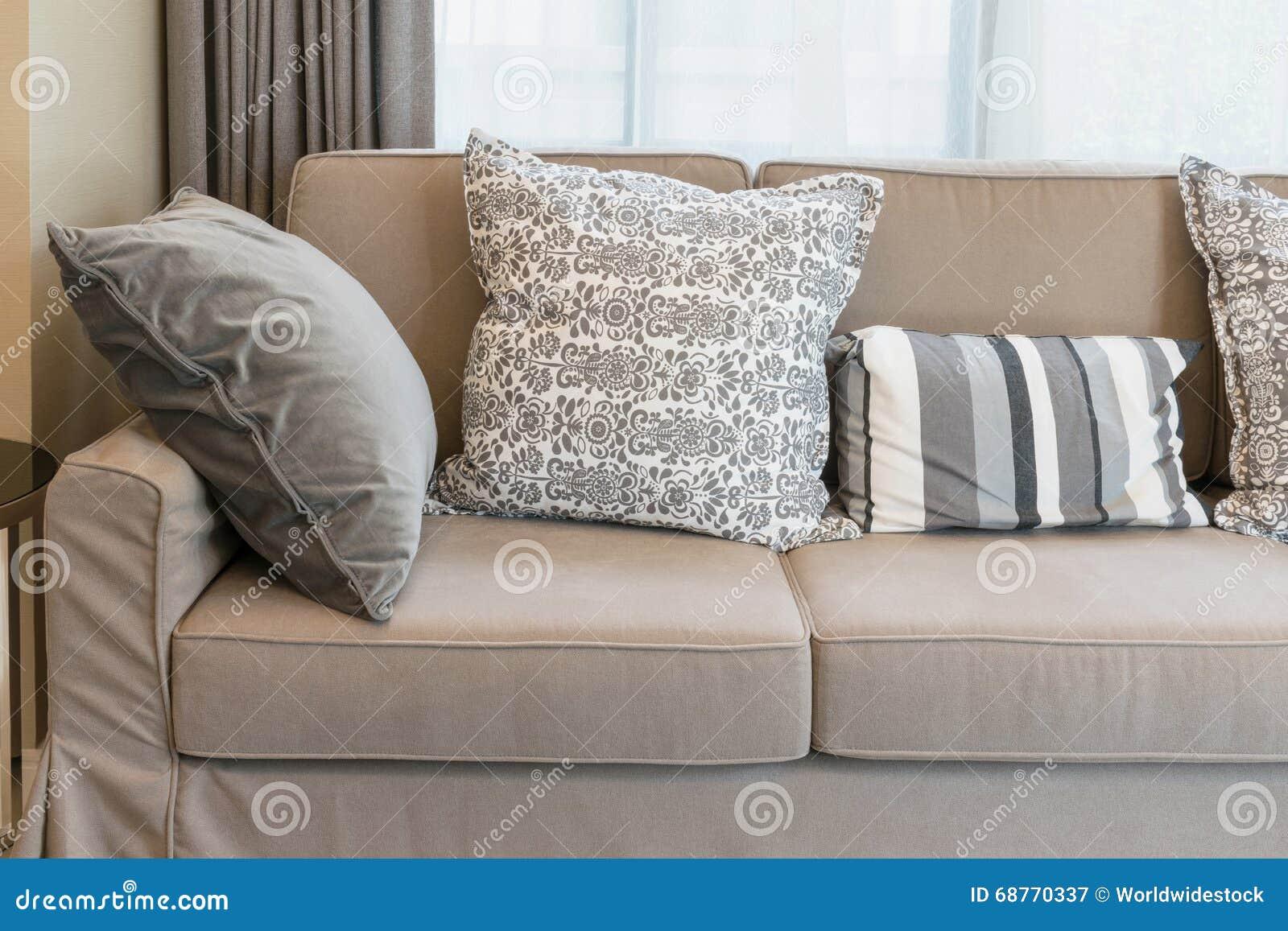 Starkes Braunes Sofa Mit Grau Kopierten Kissen Archivbilder Abgabe