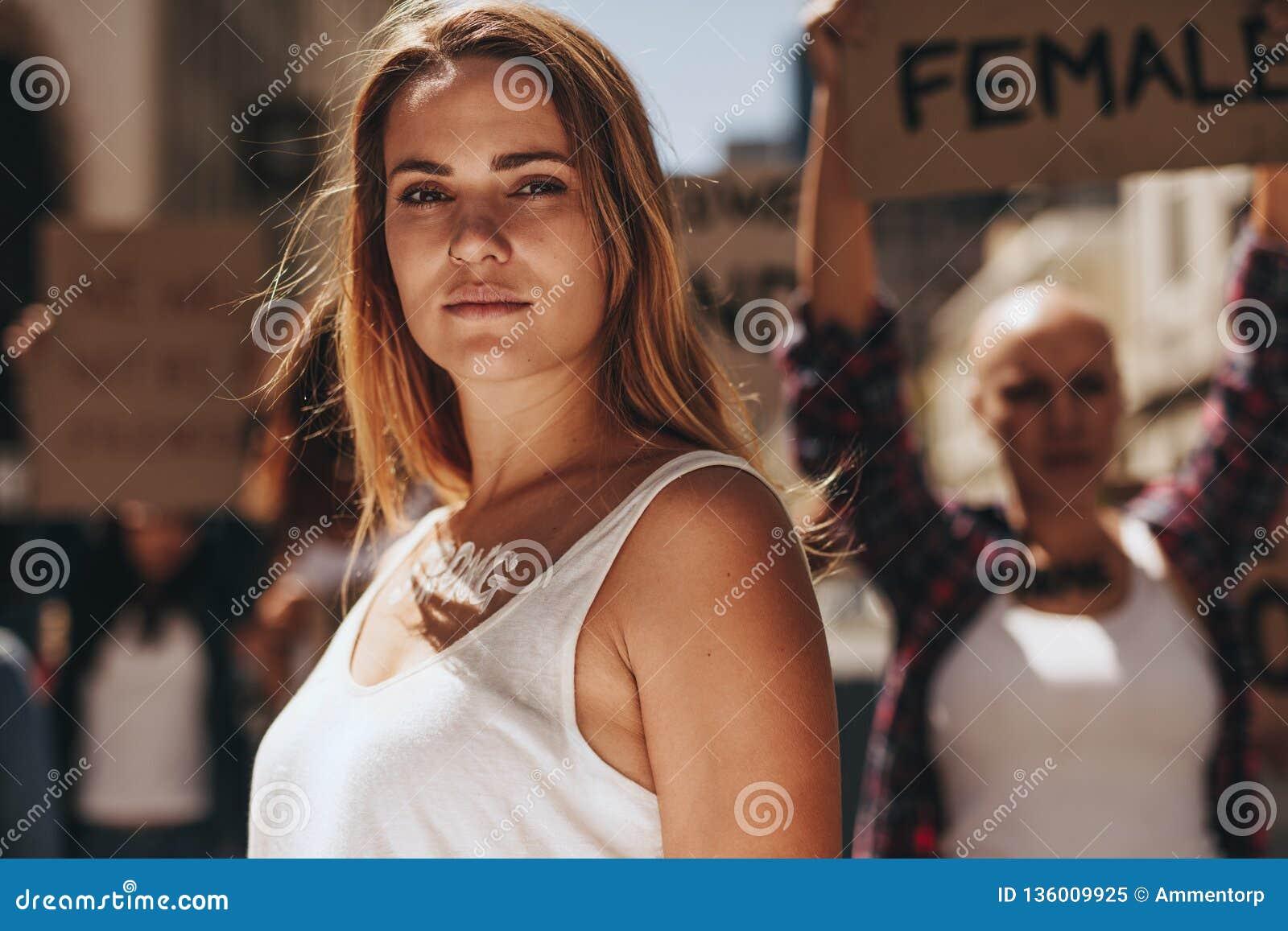 Starkt ungt kvinnligt protestera för aktivist