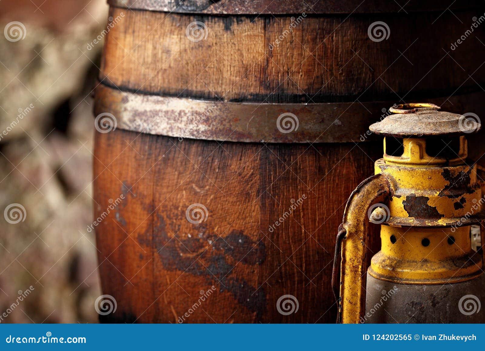 Staromodnego lekkiego nafta lampionu stylu nafciana lampa i baryłki zbliżenie