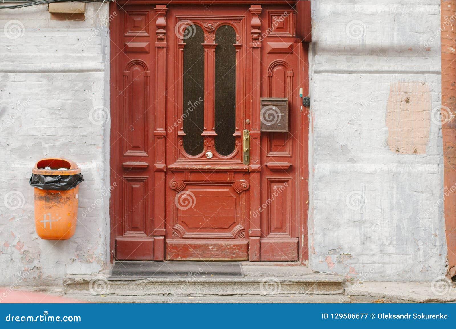 Staromodny zakończenie w górę rocznika wchodzić do drzwi z symetrycznego ornamentOld rocznika czerwonymi drzwiami z szklanymi okn