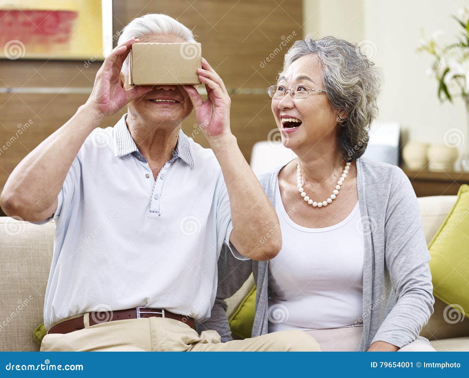 Starsi azjatykci ludzie próbuje vr przyrząd