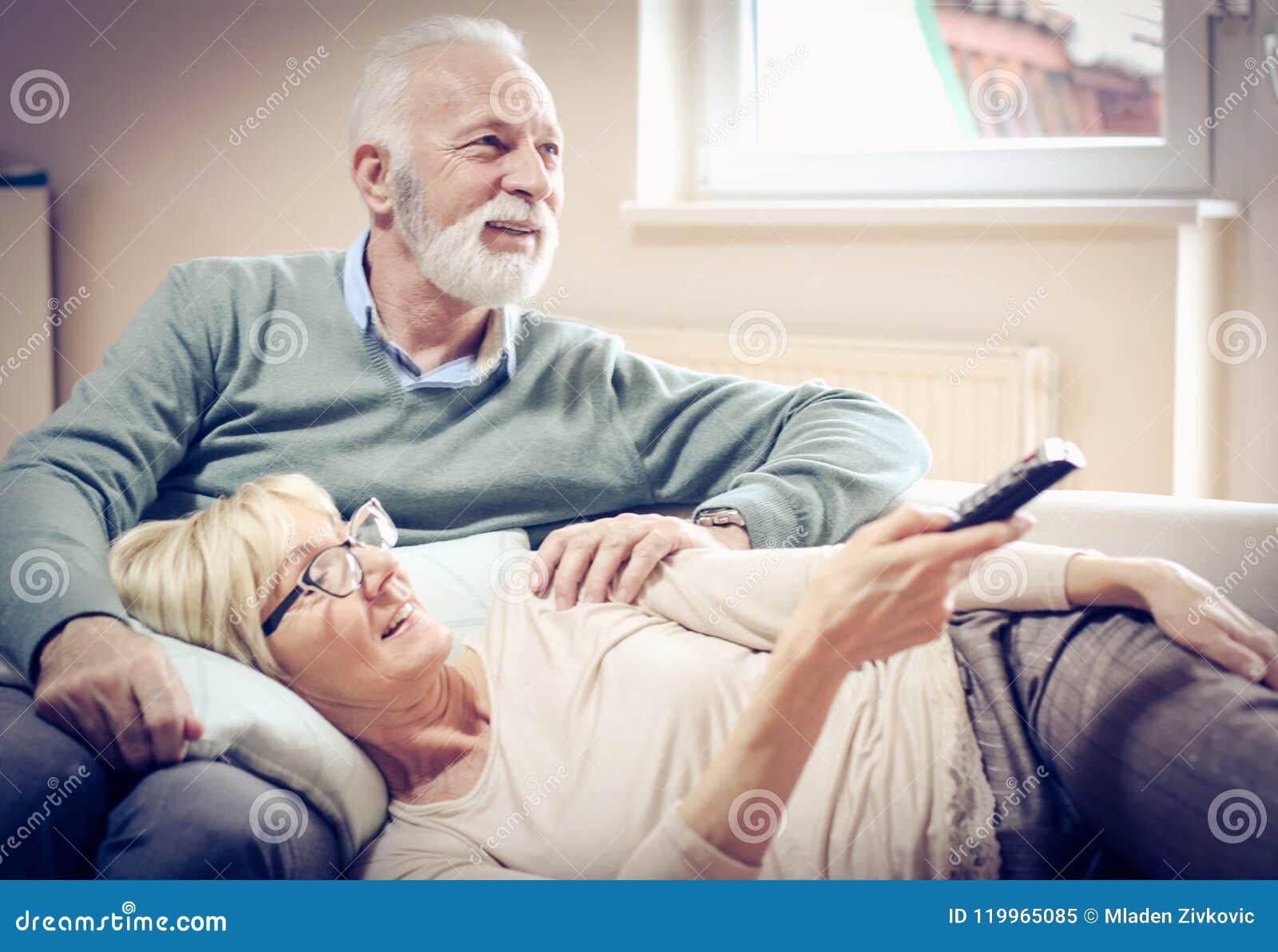Starsi ludzie Ogląda TV