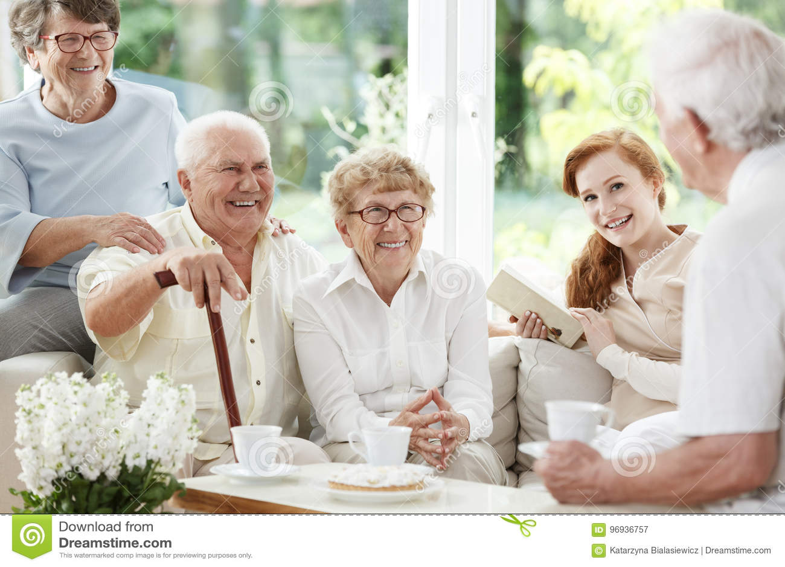 Starsi ludzie wydają czas wpólnie