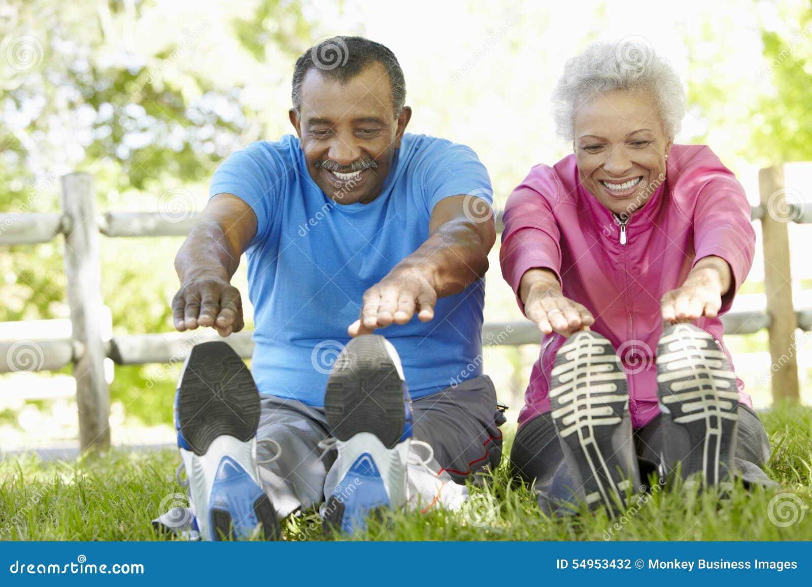 Starsza amerykanin afrykańskiego pochodzenia para Ćwiczy W parku