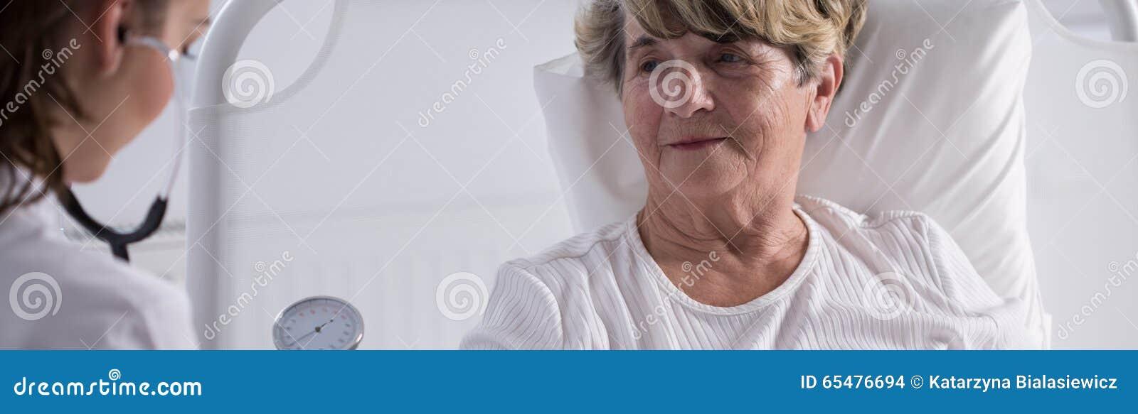 Starsza dama egzamininująca lekarką
