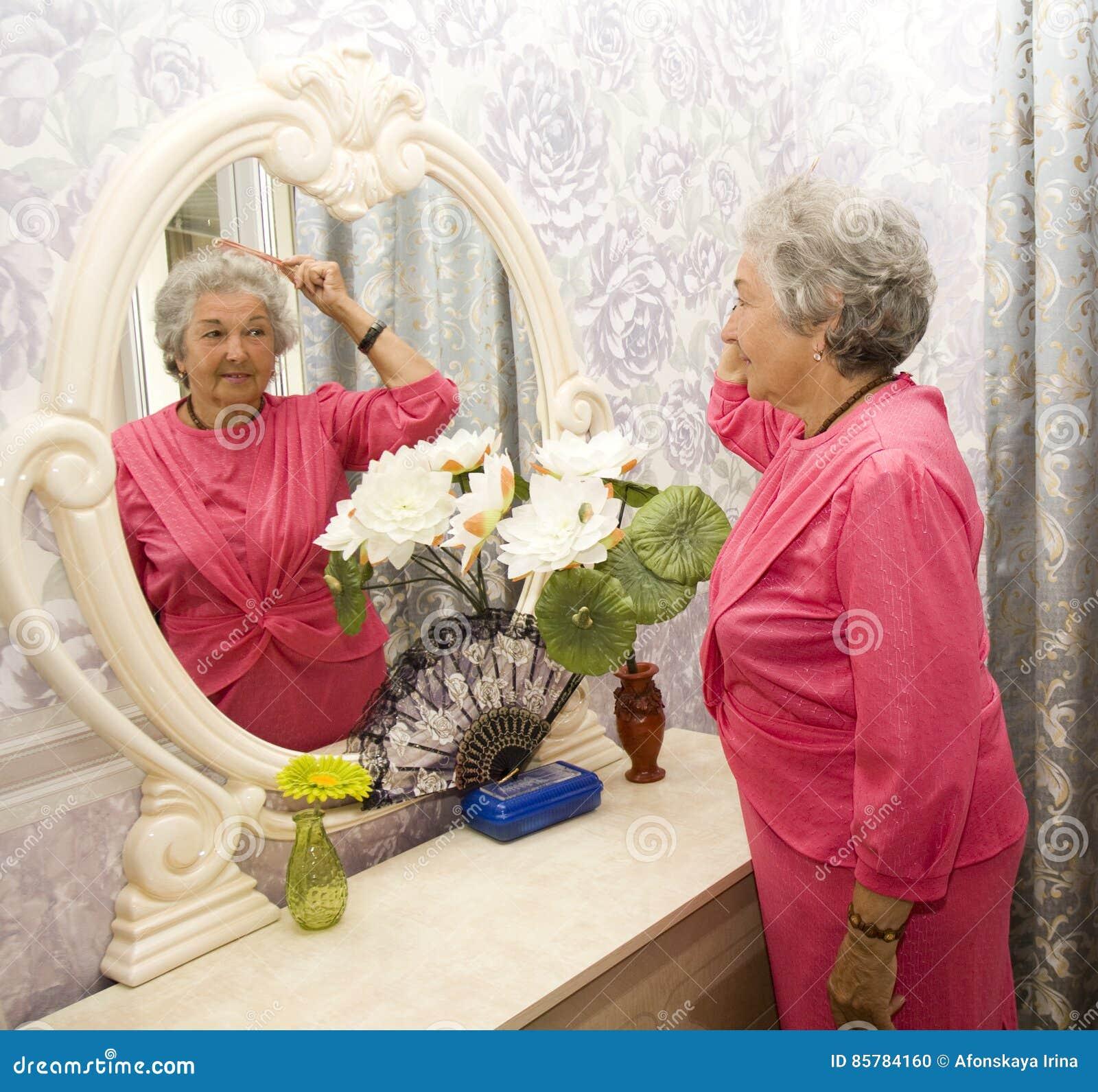 Starsza kobieta blisko odzwierciedla