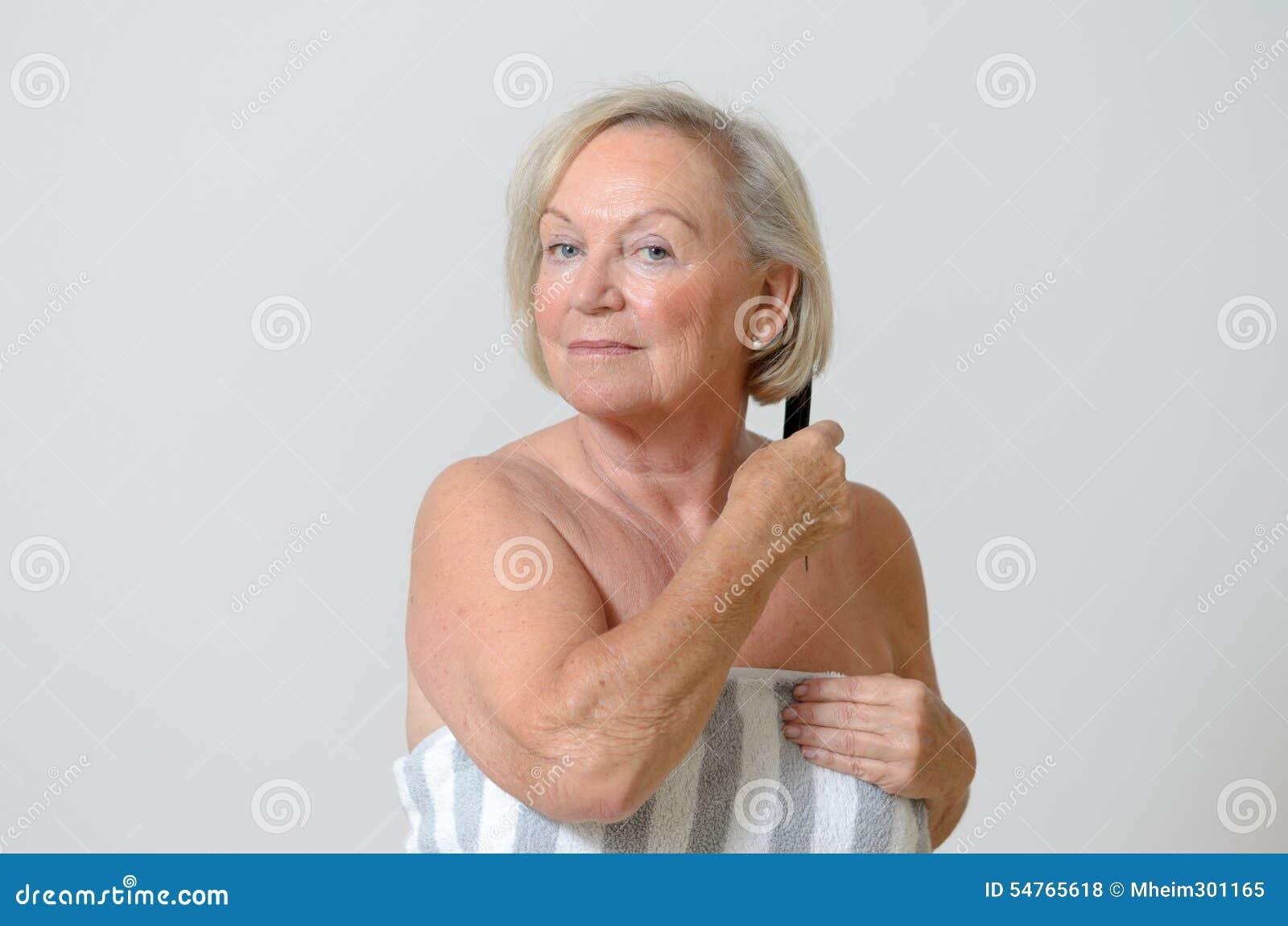 Starsza kobieta czesze jej włosy