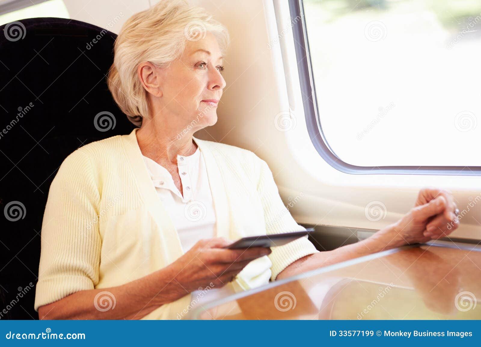 Starsza kobieta Czyta E książkę Na Taborowej podróży