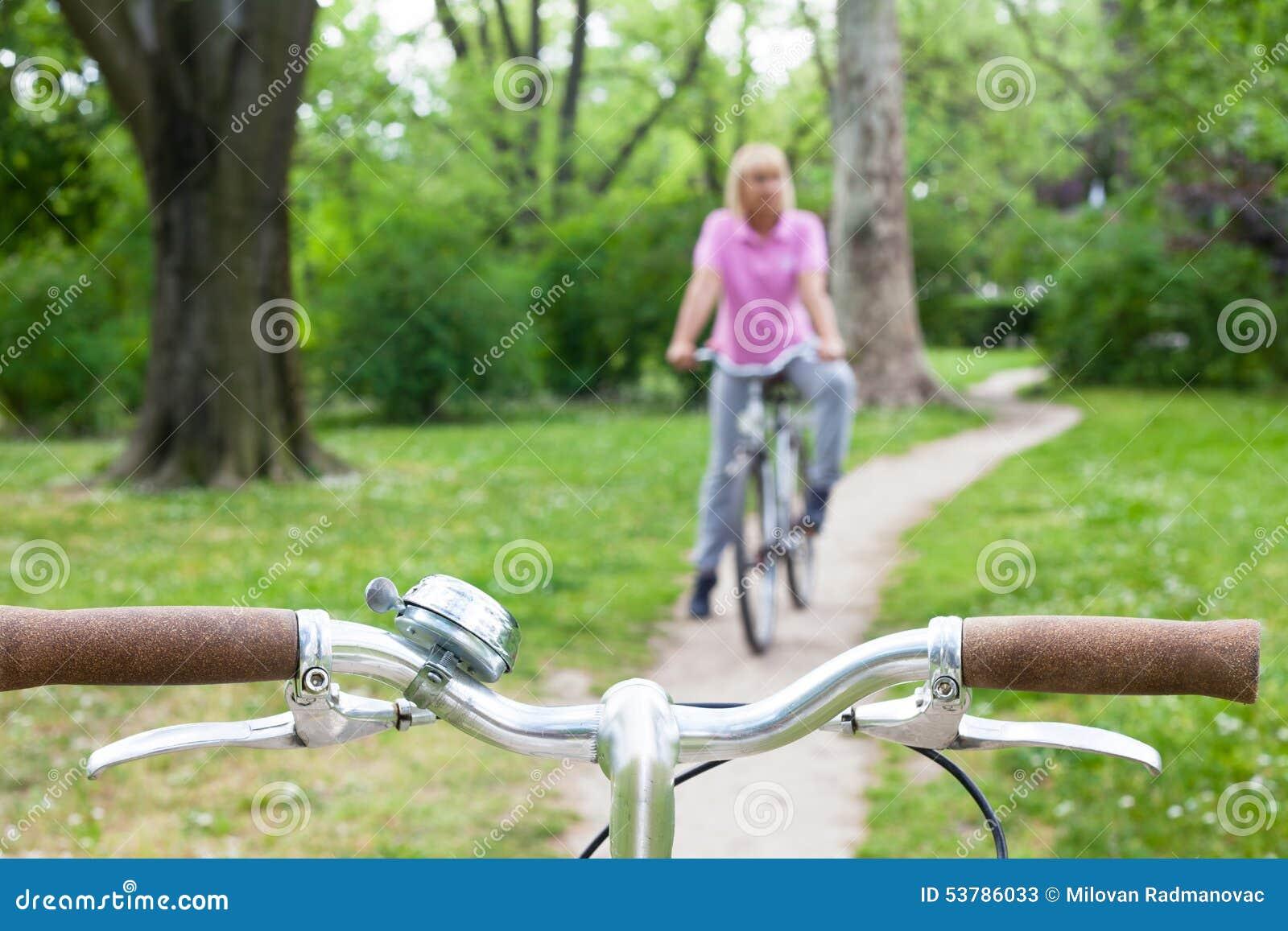 Starsza kobieta na bicyklu