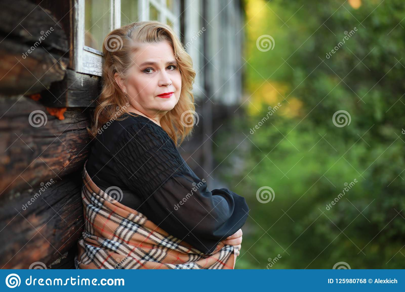 Starsza kobieta na ganeczku dom