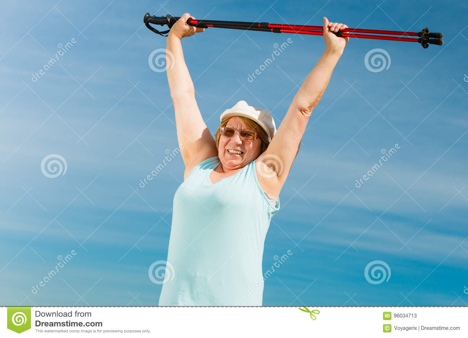 Starsza kobieta rozgrzewkowa z chodzącymi słupami up