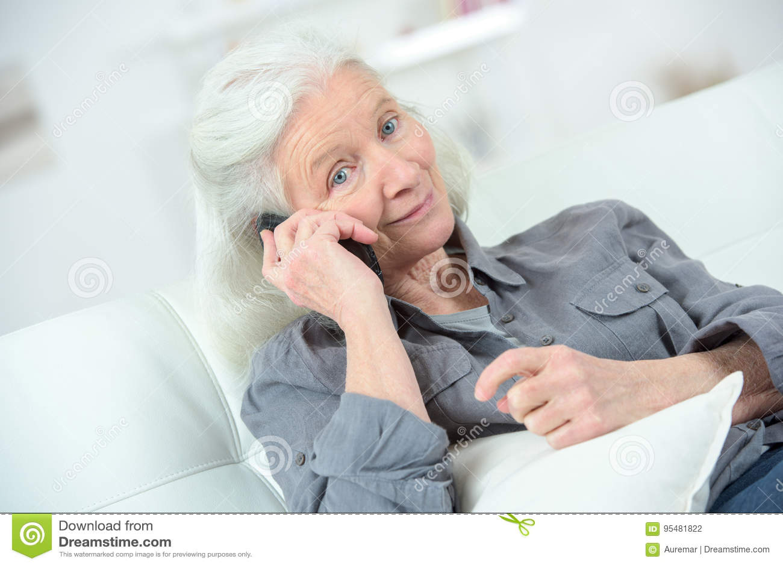 Starsza kobieta szczęśliwą rozmowę na telefonie