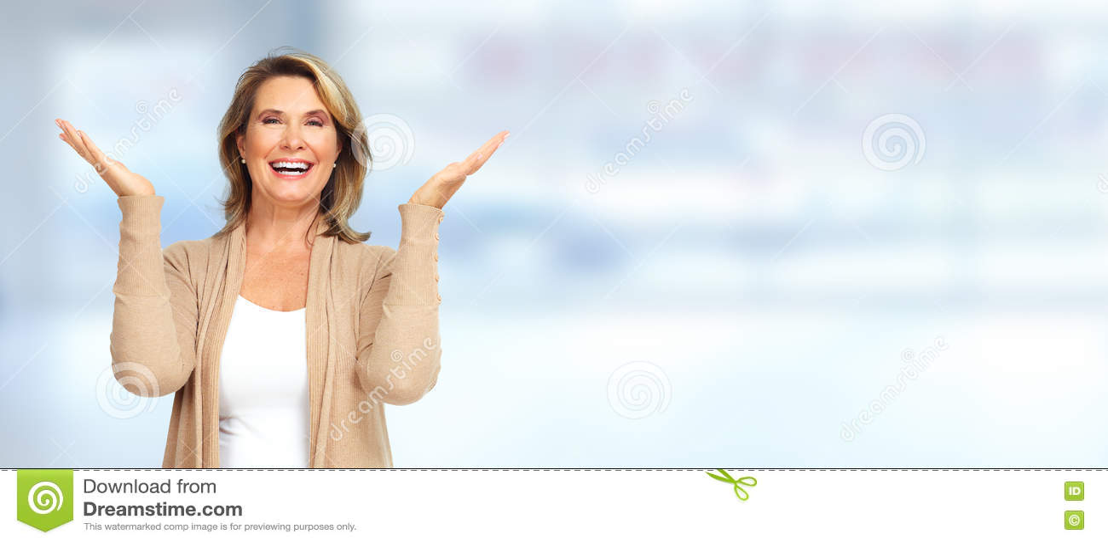 Starsza kobieta szczęśliwa