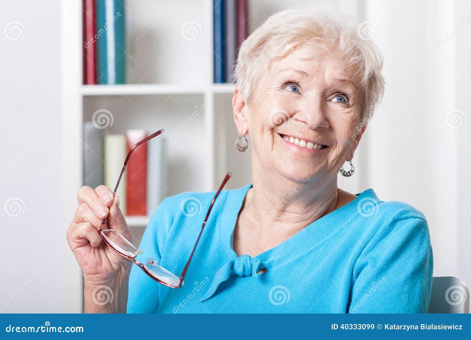 Starsza kobieta uśmiechnięta