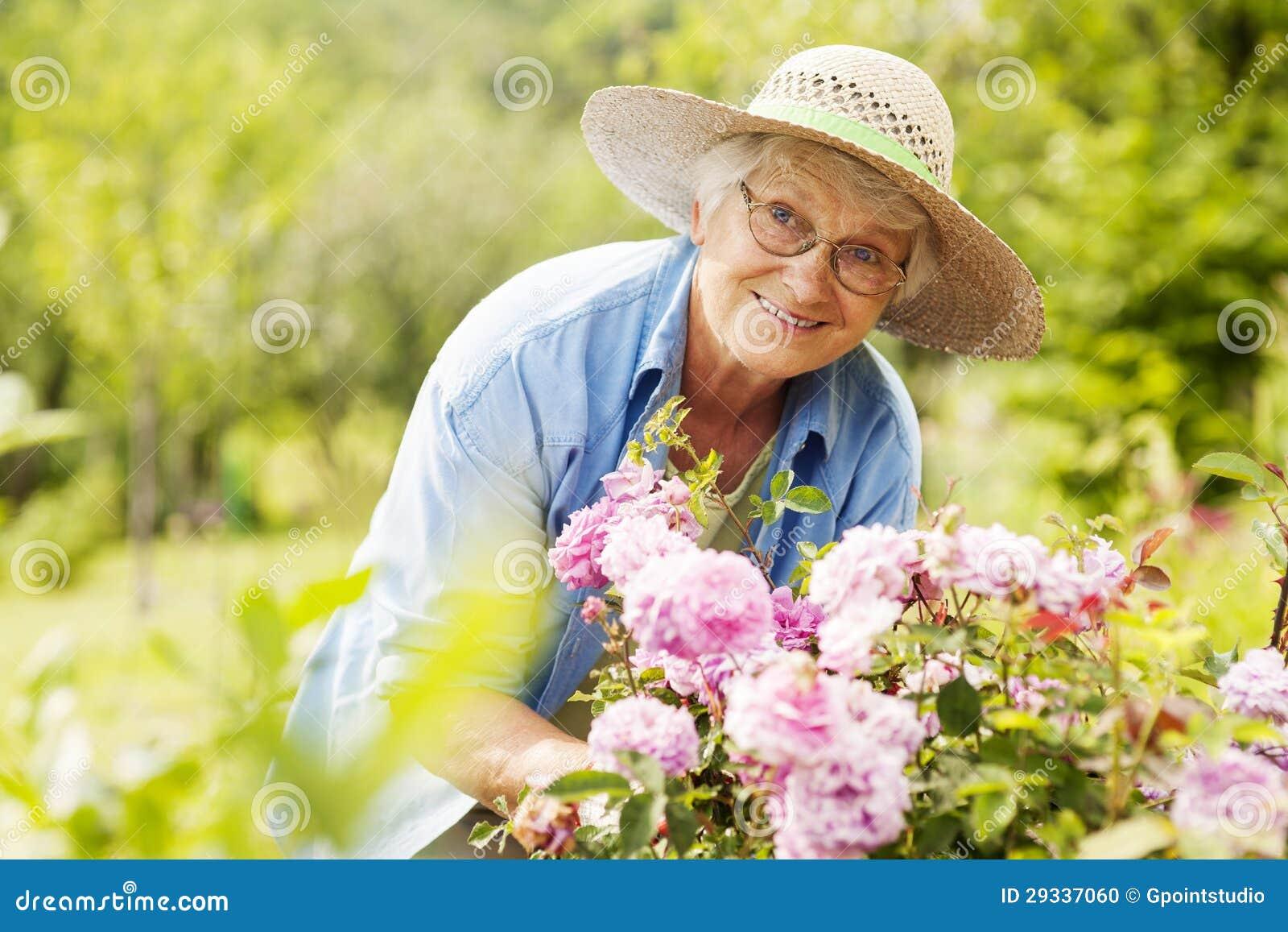 Starsza kobieta w ogródzie