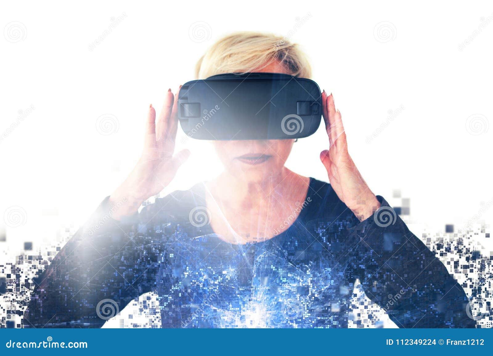 Starsza kobieta w rzeczywistość wirtualna szkłach rozprasza pikslami Konceptualna fotografia z wizualnymi skutkami z