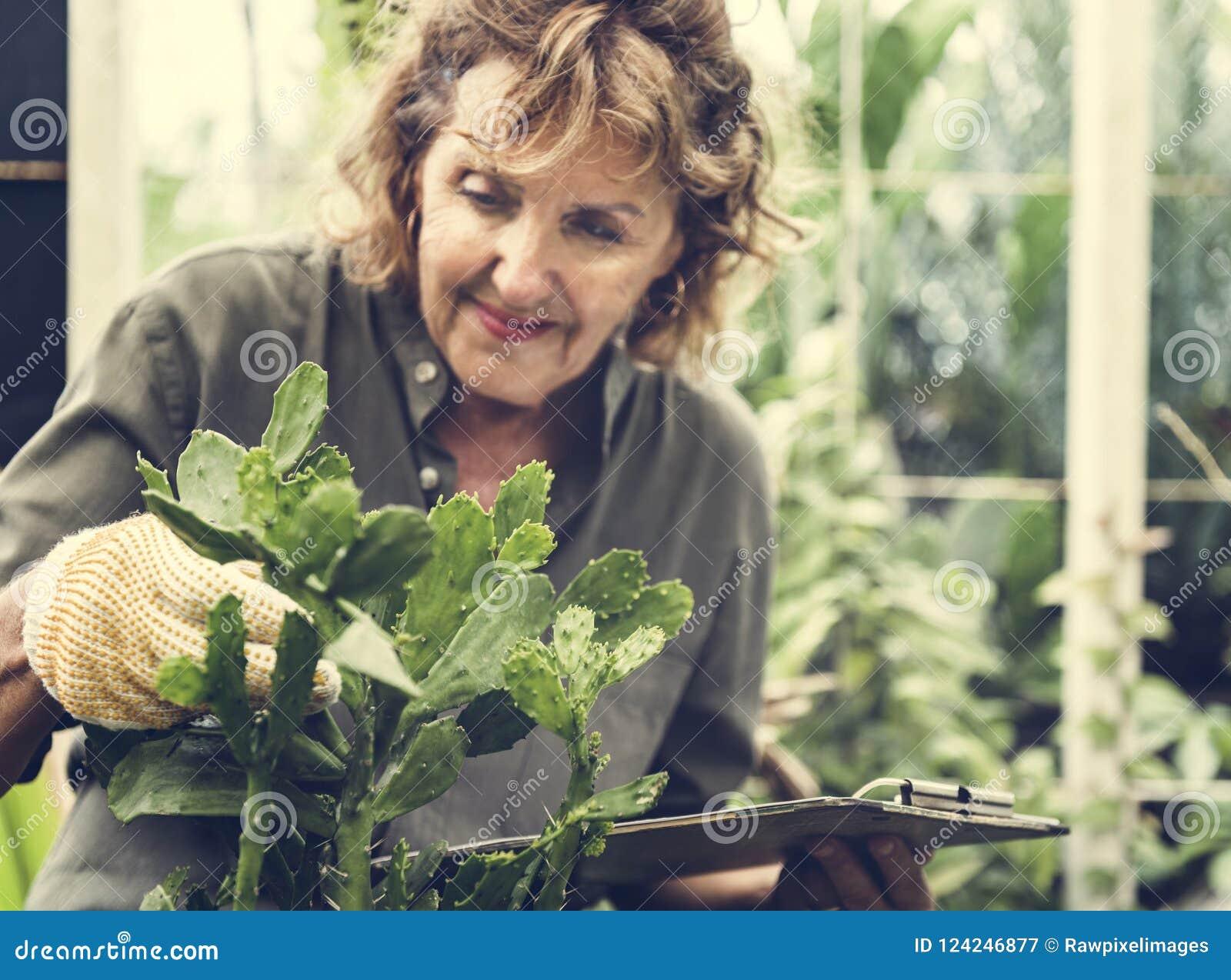 Starsza kobieta z ogrodnictwo hobby