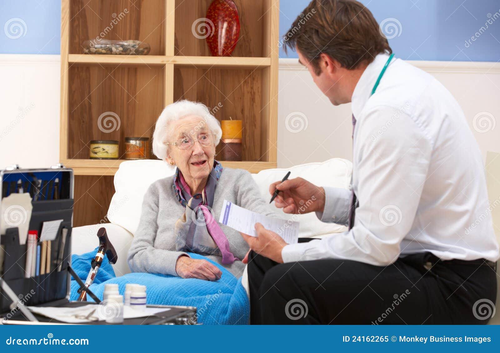 Starsza kobiety dostawania opieka od Brytyjski GP