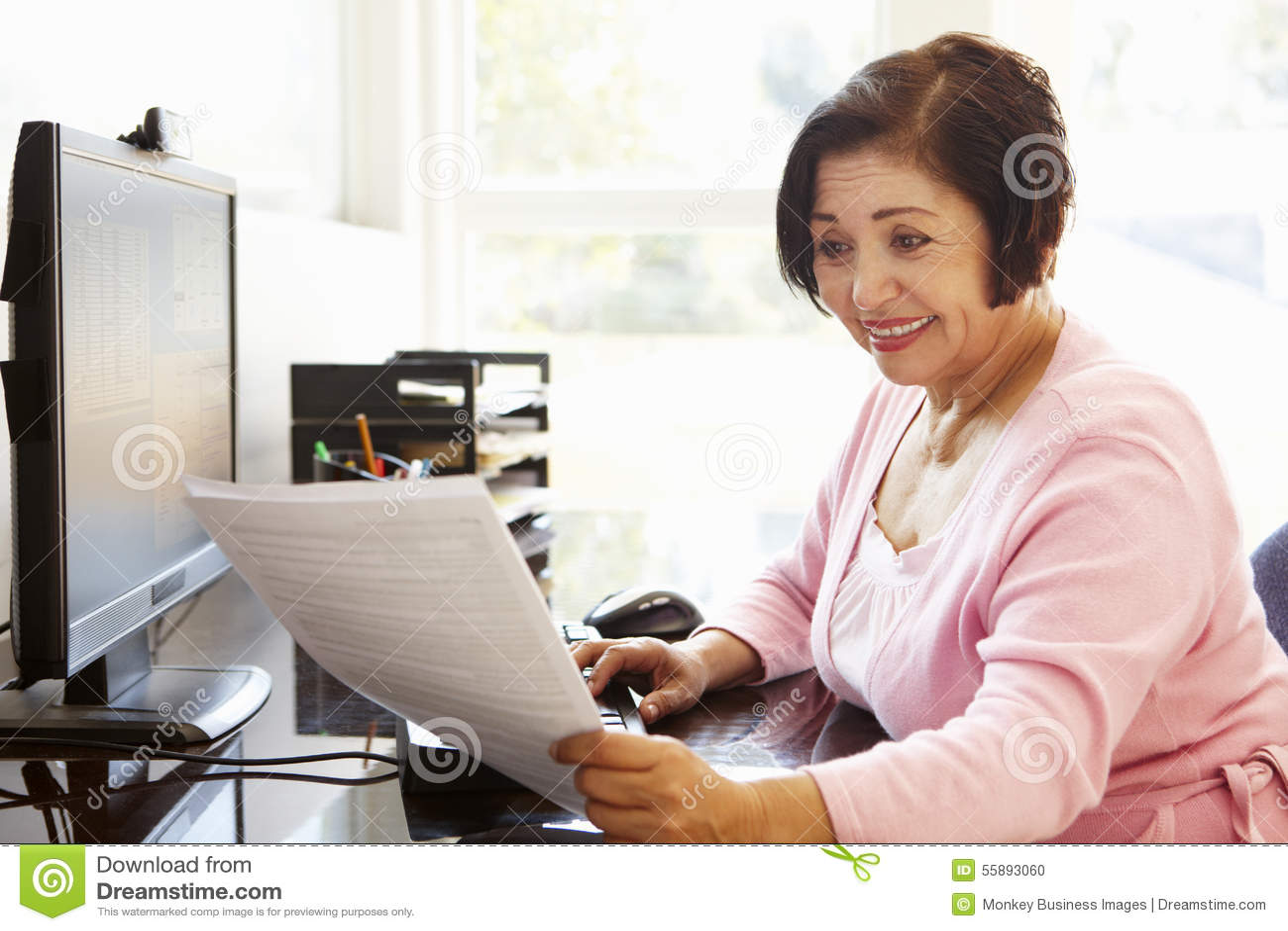 Starsza Latynoska kobieta pracuje na komputerze w domu