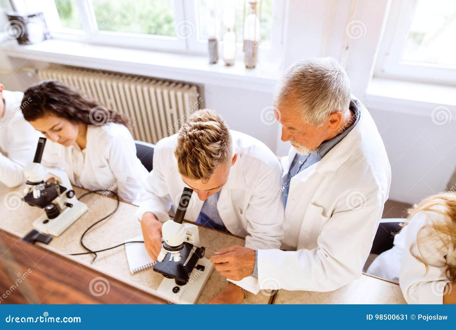 Starsza nauczyciela nauczania biologia szkoła średnia ucznie w pracie