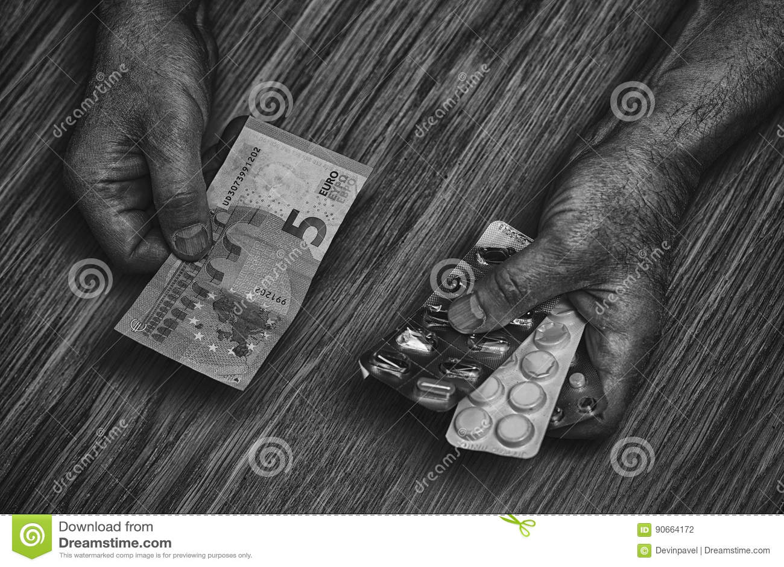 Starsza osoba mężczyzna chwyty w jego rękach pieniądze i leki