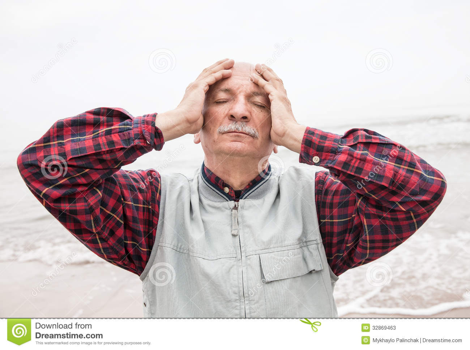 Starsza osoba mężczyzna cierpienie od migreny na dennym tle